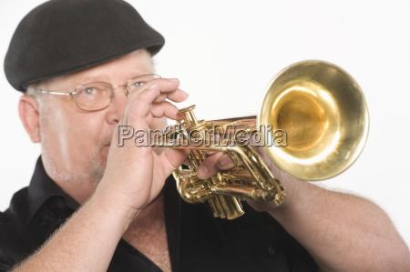 mann spielt trompete