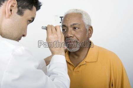 arzt testet patientenauge in klinik
