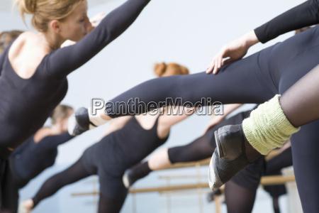 ballett taenzer die im wiederholungsraum ueben