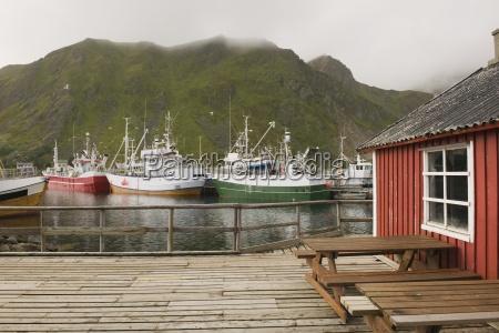 fischerboote im hafen der lofoten inseln