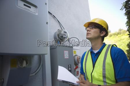 wartungsarbeiter lesen meter der solargeneration
