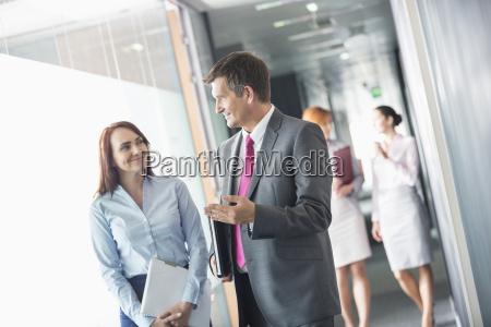 geschaeftsmann im gespraech mit weiblichen kollegen