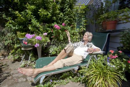 senior frau mit weinglas entspannenden auf