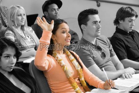junger student der hand waehrend des