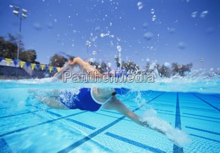 weiblicher schwimmer im badeanzug der vereinigten