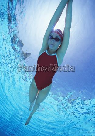 in voller laenge der weiblichen schwimmer