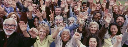 grosse gruppe von multiethnischen menschen jubeln