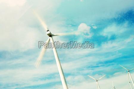 windkraftanlagen gegen himmel mit wolken und