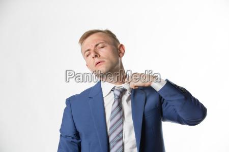geschaeftsmann der seinen kragen anpasst waehrend