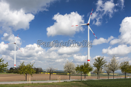 windkraftanlagen an einer landstrasse