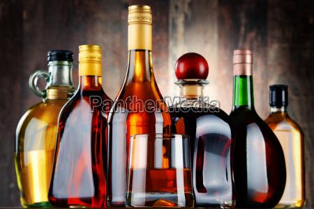 glas und flaschen von sortierten alkoholischen