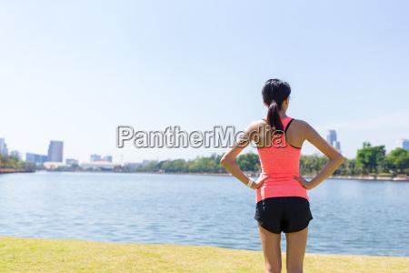 rueckansicht der sportfrau im park
