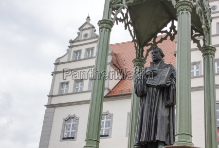 sculpture of the reformer martin luther