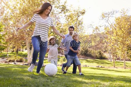 familia que joga o futebol no