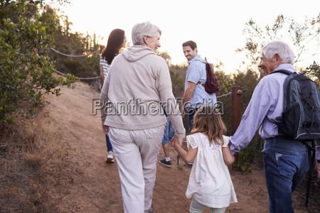 multi generation familie auf wanderung durch