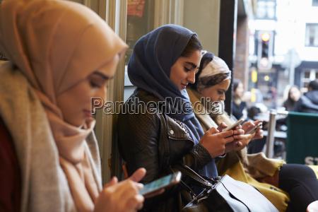 gruppe britische moslemische frauen die ausserhalb