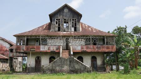 ruine eines kolonialen farmhauses sao tome