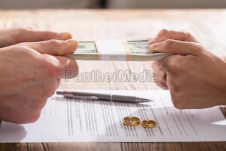 paar hand holding waehrung ueber die