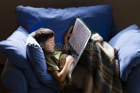 ein siebenjaehriger japanischer amerikanischer junge liest