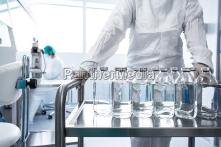 flaschen mit fluessigkeiten im labor