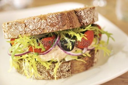 makrele mayo sandwich mit getrockneten tomatenoliven