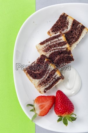 marble cake with fresh strawberries