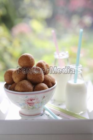 donuts in einer schuessel und einer
