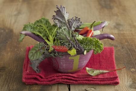 eine gemueseschale mit gruenkohl chiliis und