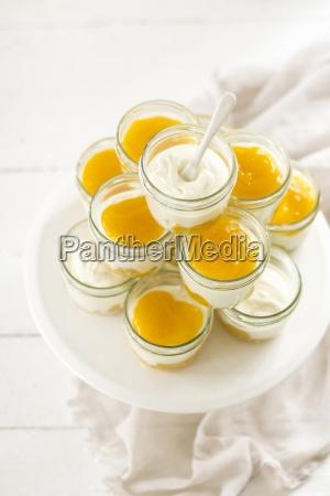 joghurt und sahnedessert mit passionsfruchtsauce