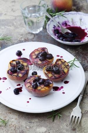 gegitterte pfirsiche mit einer heidelbeersauce