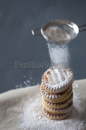 cookies sprinkle with powdered sugar