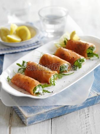 geraeucherte lachsbroetchen mit frischkaese und rucola