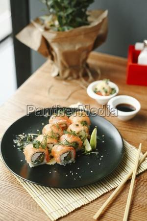 sushi rollt mit lachs frischkaese und