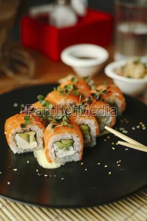 sushi rollt mit lachs avocado frischkaese