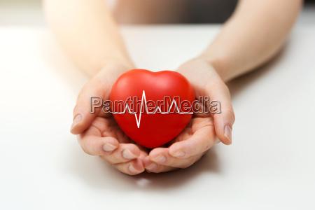 kardiologie oder krankenversicherung konzept rotes