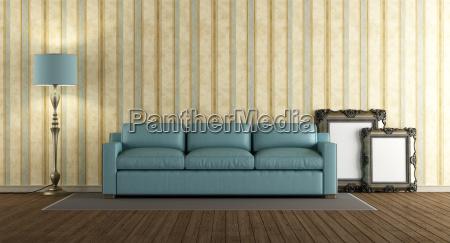 blaues ledersofa im klassischen wohnzimmer