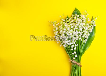 bouquet von weissen lilien des tales