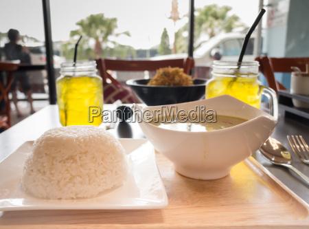 thai haehnchen curry mit gemuese in