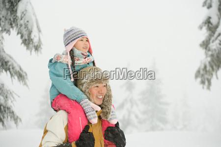 vater und tochter im schnee