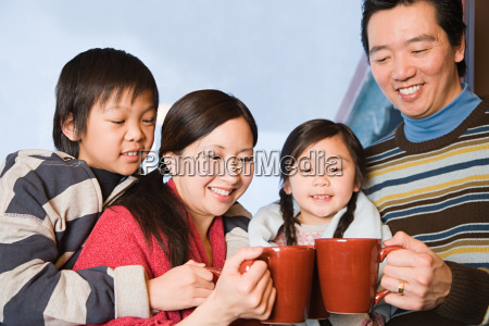 familie mit heissen getraenken