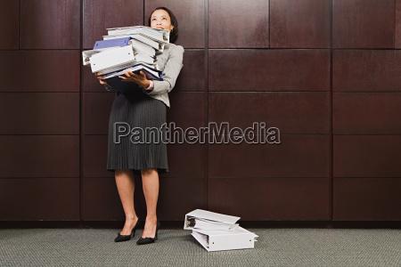 frau karriere weiblich arbeitsplatz frust mauer