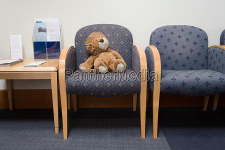 spielzeug loewe im krankenhaus wartezimmer