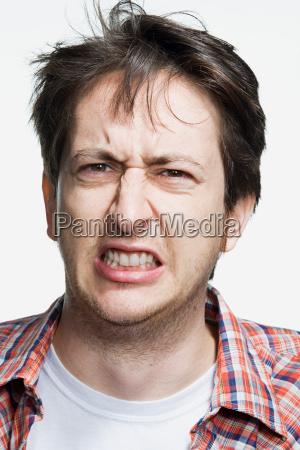 portraet eines mittleren erwachsenen mannes