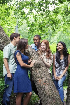 teenager freunde verbringen zeit zusammen