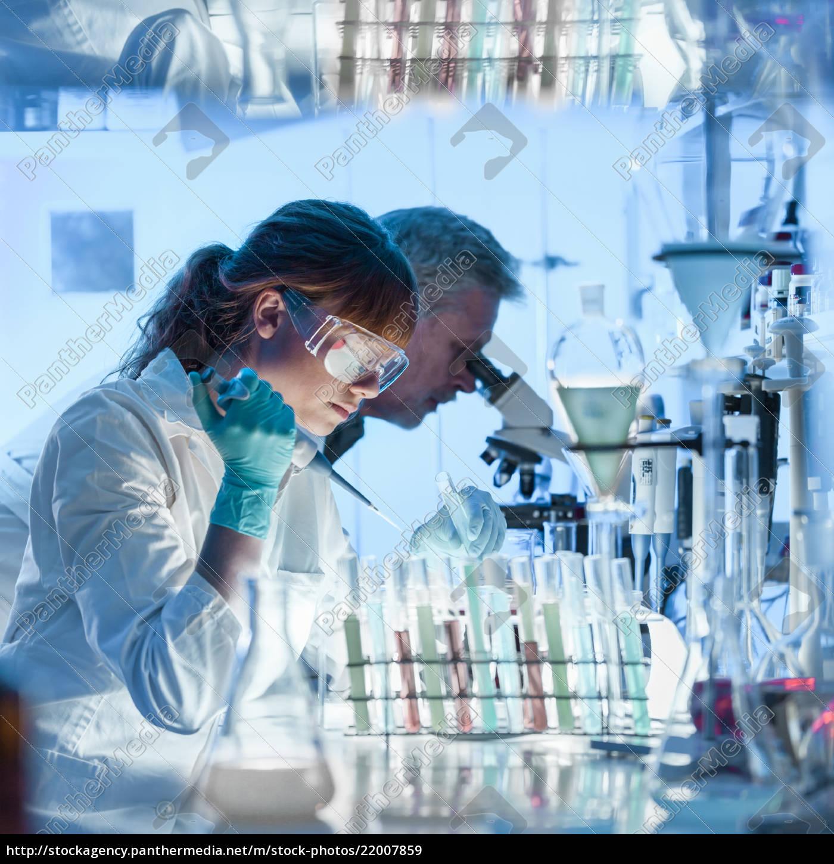gesundheitsforscher, die, im, wissenschaftlichen, labor, arbeiten. - 22007859