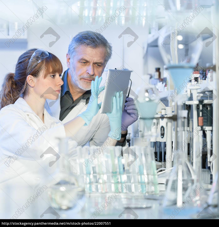 gesundheitswesenforscher, die, im, wissenschaftlichen, labor, arbeiten. - 22007551