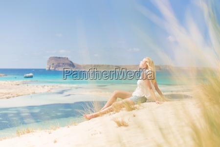 relaxed happy woman geniessen sonne auf