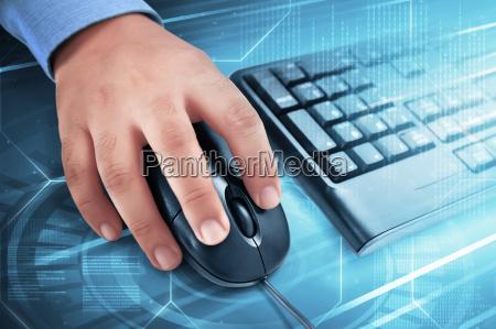 männliche, hand, auf, computer-maus, mit, tastatur - 22019677
