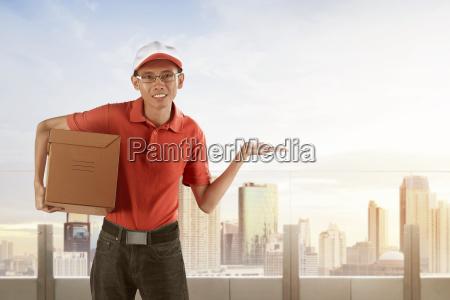 junge asiatische maennliche postzustellung kurier