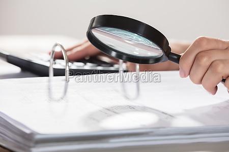 geschaeftsfrau bei der pruefung der dokumente